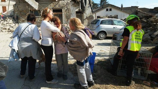 Séisme en Italie: le bilan s'alourdit 247 morts, et des centaines de portées disparues